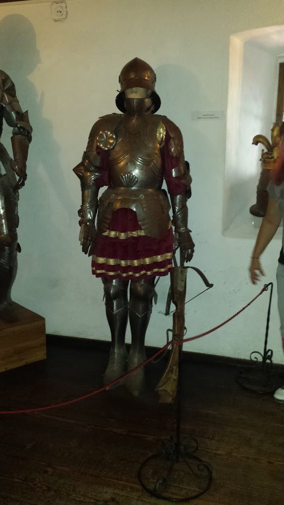 Old suit of armor. Note the weapon: a crossbow.